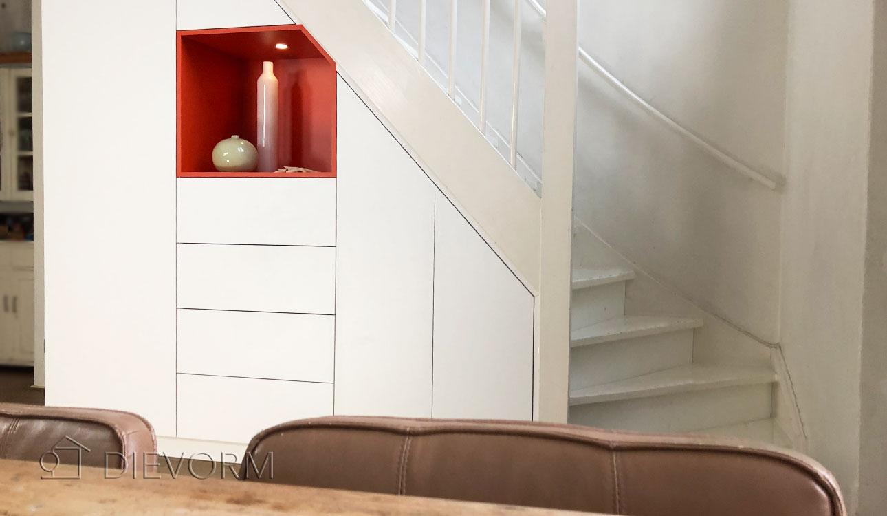 Keuken Onder Trap : Onder deze stoere trap is een keuken ingericht interieur inrichting
