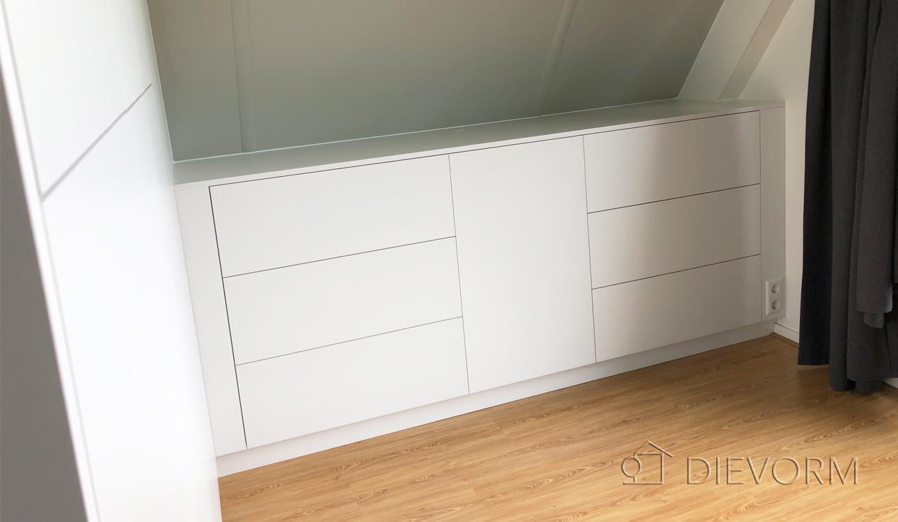 Esthetische kledingkast en dressoir in slaapkamer.